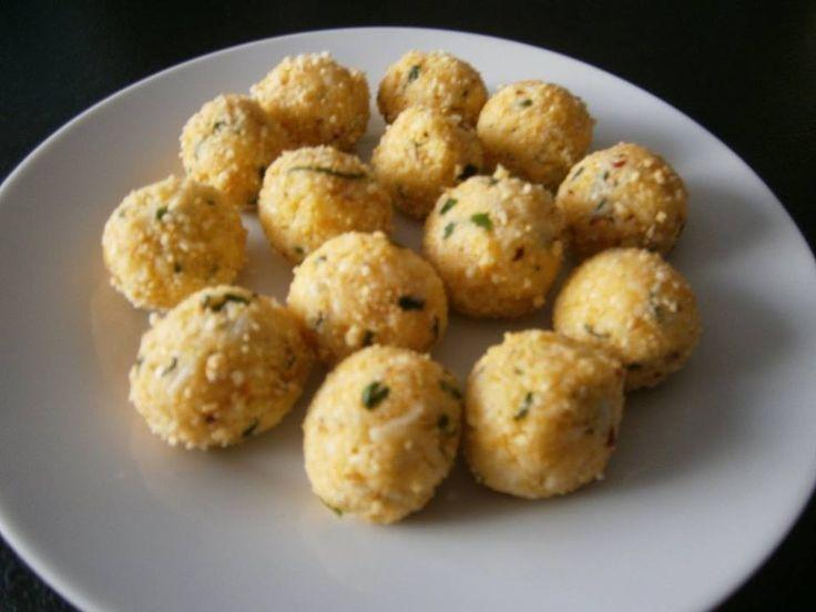 Zvířatkový den - Sýrové knedlíčky jako zavářka do vývaru ZV..nastrouhalt uzený eidam na jemno, vejce, trochu pepře, chilli, bylinky(čerstvá bazalka a petrželka -nasekat), zvířecí strouhanka...................udělat kuličky a zavařit.....stačí 2-3 minuty