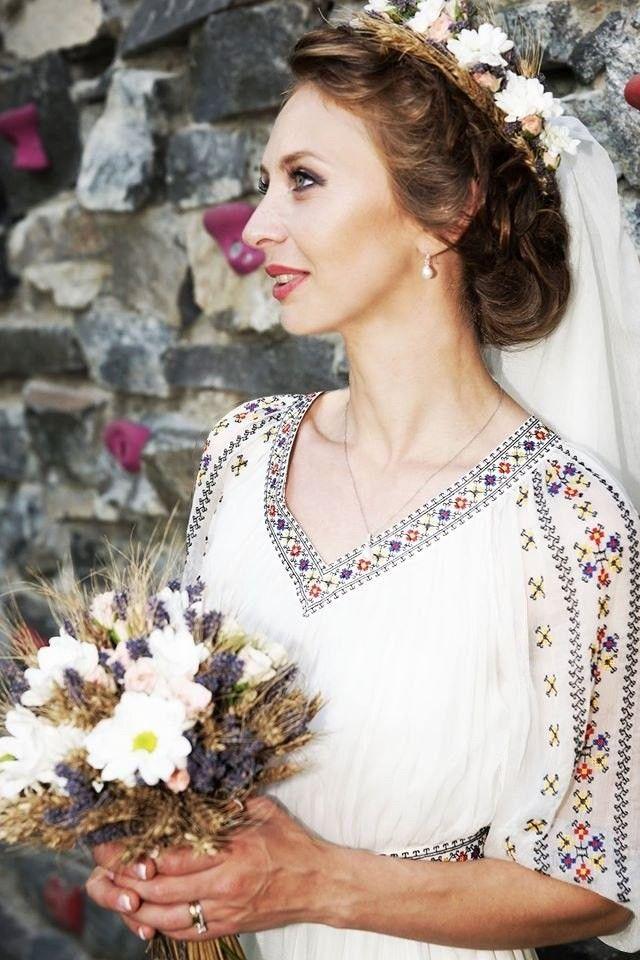 Demetria Multe multumiri clientei noastre pentru imaginile trimise! Rochie de mireasa pentru nunta traditionala romaneasca, lucrata in atelierul nostru. Broderii si culori –LA ALEGERE.