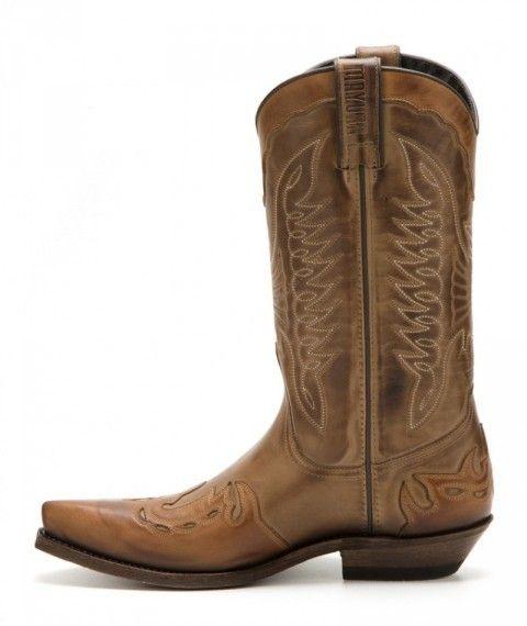 Puedes comprar en nuestra tienda online estas botas cowboy unisex Mayura en combinación de cuero vacuno marrón / coñac y tacón cubano bajo.