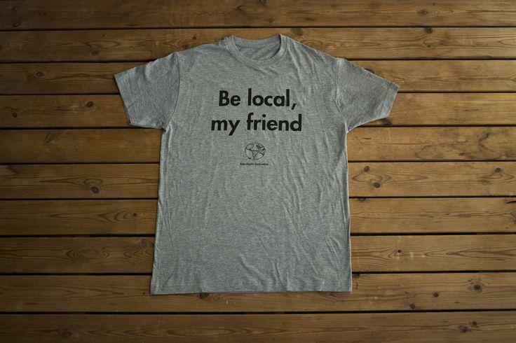 CAMISETA «BE LOCAL, MY FRIEND»  Camiseta del Manifiesto derivásico (nuestra particular filosofía viajera), cuyos ideales incitan a viajar de una forma más consciente, responsable y emocionante.  Camiseta 100% de algodón con modelos de hombre y mujer.  Precio: 7.95 EUR Haz tu pedido aquí: http://derivasia-store.com/product/camiseta-derivásica
