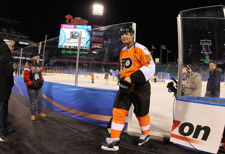 Eric Lindros of the Philadelphia Flyers leaves the ice after playing against the New York Rangers during the 2012 Bridgestone NHL Winter Classic Alumni Game | Jim McIsaac/Getty Images