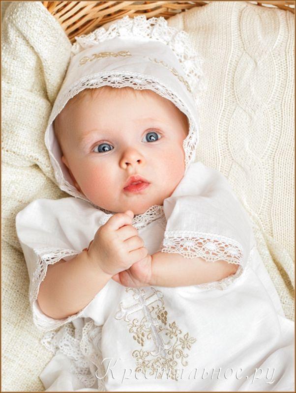 Нарядный чепчик для Крещения ребенка, выполнен из умягченного отбеленного 50%льна/50%хлопка с вышивкой и отделкой из плетеного хлопкового кружева, собранного складками.