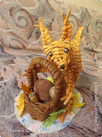 Поделка изделие Праздник осени Плетение Запасливый бельчонок Бумага Бумага газетная Трубочки бумажные фото 1