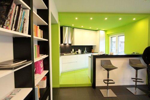 Il verde è un colore neutro, considerato rilassante e riequilibrante. La posizione del verde a metà dello spettro, tra l'estremità calda e quella fredda, ci fa comprendere meglio la sua capacità di riequilibrare le energie positive e negative. Molto usato per dipingere cucine,camere da letto, bagni e soggiorni