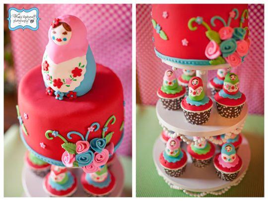 Matryoska (venäjän pesivät doll) kakku ja leivokset