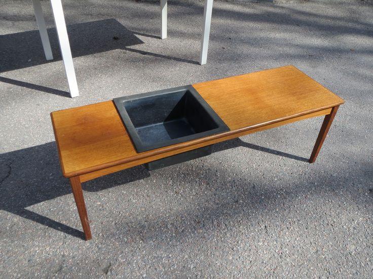 Askon kukkapöytä, käytön jälkiä, muovilaatikko on hiukan harmaantunut, tukeva.  Askon tarra pohjassa.  Koko 120 x 38 cm, korkeus 38 cm. 60 euroa.