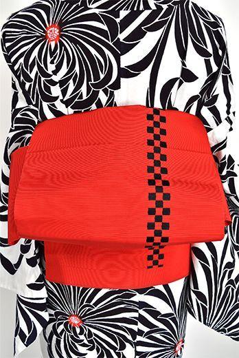 綺麗な赤にきりりとした黒一色で織り出された市松ストライプがレトロモダンな単帯です。