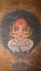 孔雀明王  衆生を利益する徳を表すとされます。  孔雀は害虫やコブラなどの毒蛇を食べることから、  孔雀明王は「人々の災厄や苦痛を取り除く功徳」があるとされ信仰の対象となりました。   元来はインドの女神マハーマーユーリーで、「偉大な孔雀」の意。 Woodcut of Mahamayuri - 孔雀明王 - Wikipedia
