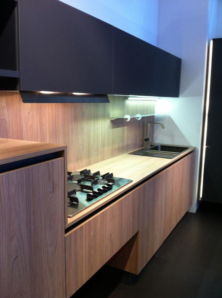 Cocina con muebles y encimera en madera combinado con - Encimera madera cocina ...