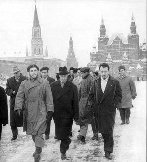 """Ernesto """"Che"""" Guevara en Moscú. En 1960 participa de las negociaciones con los soviéticos para el establecimiento de convenios comerciales entre rusos y cubanos. En octubre de este año, parte a Europa en una misión económica, para dirigirse luego a China, donde se entrevista con Mao Tsé Tung y firma con Nikita Kruschev el tratado de amistad cubano-soviético. BIOGRAFÍA DEL CHE GUEVARA - José M. Jiménez (Revista Almiar)."""