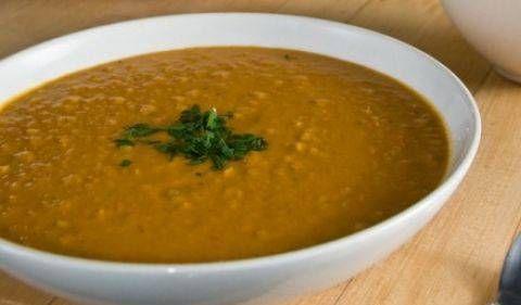 Deze soep heeft als basis rode linzen. De verse gemberwortel, specerijen en rode peper zorgen voor een specifiek oosterse smaak.