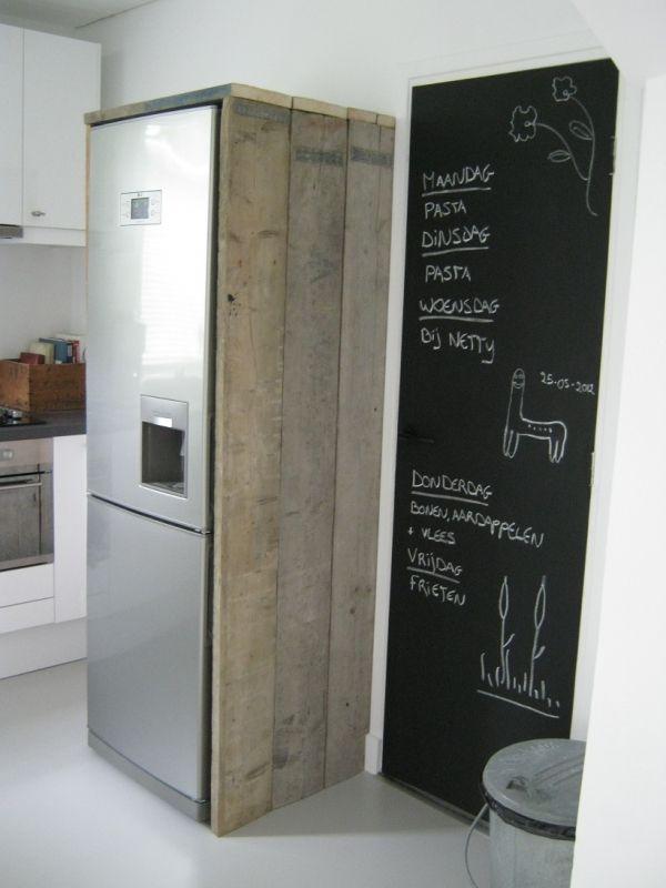 Mooi, steigerhouten planken om de koelkast en een groot krijtbord ernaast #libelle en @Libelle