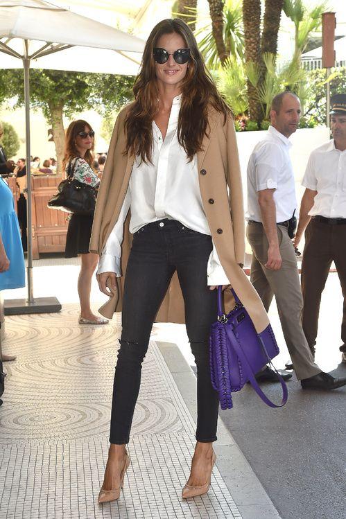 Izabel Goulart portant des lunettes et un sac Fendi sur la Croisette