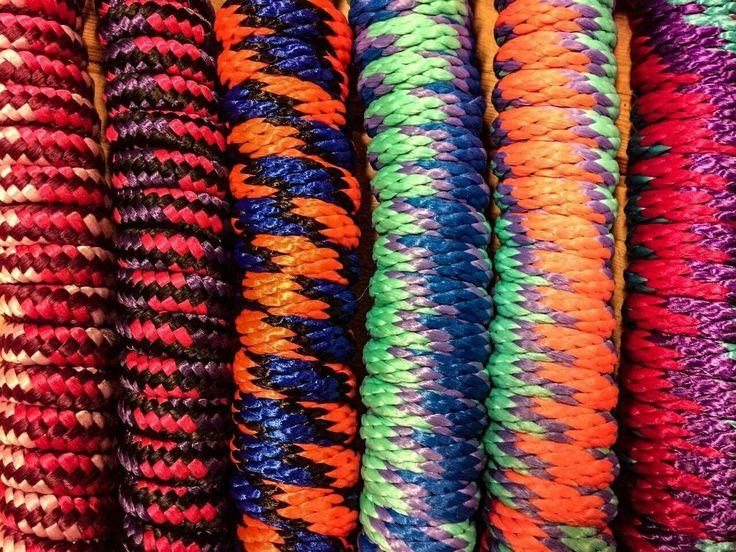 Faites le plein de couleur avec les laisses Weaver : https://chambriere.ca/produits/c-1-le-cheval/c-22-laisses.html