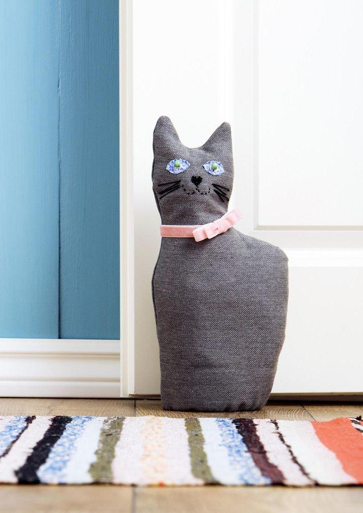 Tee kissa-ovistoppari kankaasta. Diy cat door stop. | Unelmien Talo&Koti Toimittaja: Hanna Sandström Kuva: Anssi Kienanen