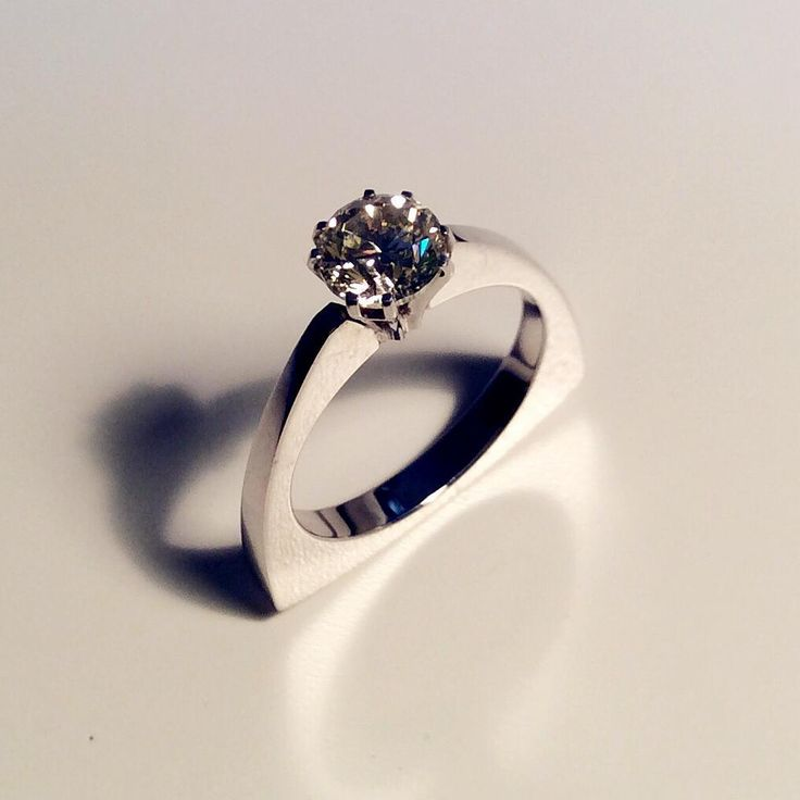 POLARIA 白金1.06 ct 钻戒/ White gold ring with diamond 1.06 ct/ Кольцо из белого золото с бриллиантом 1,06 карат  三角形欧式现代风格的白金1.06 ct 钻戒。亮晶晶抛光表面。既适合用于订婚又是搭配鸡尾酒晚会礼服的理想选择。提供珠宝宝石鉴定证书。 18K white gold ring of modernist European triangular shape design with a single diamond 1,06 carat. Surface polished and bright. Perfect for both engagement and a cocktail night gown. Gemological evaluation certificate provided. Кольцо из белого золота 750-й пробы модернистского европейского дизайна треугольной формы…