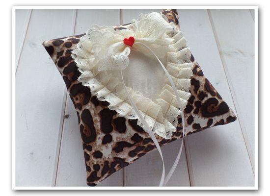 Rockabilly Ringkissen im Leoparden-Herz-Look, z.B. für eine Vintage Hochzeit im 50er Jahre Rock`n Roll Style - ein handmade Designerstück von Loveli-Hochzeitsplanung / Onlineshop - www.love-li.de