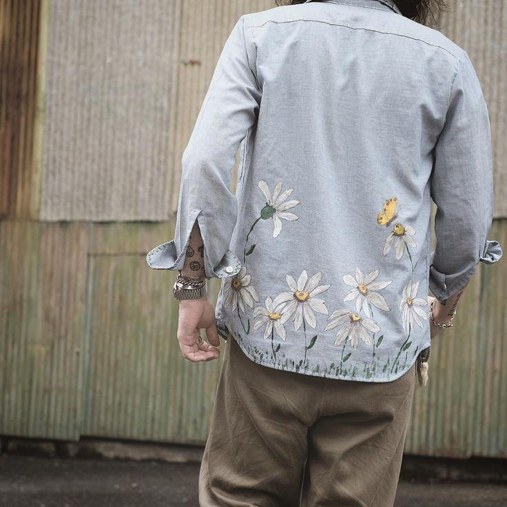 後ろのペイントも秀逸。 良い意味で生地に馴染みすぎない、目を凝らして見ると後から描かれたものだとわかるハンドペイントらしさが楽しめますよ。  #chambrayshirt #bigmac #70s #handpaint #flower #fashion #style #cordinate #シャンブレーシャツ #ビッグマック #70年代 #ハンドペイント #フラワーアート #スタイル #ファッション #コーディネート