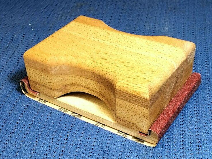 Handschleifer. Das Schleifpapier wird durch das Einsetzen in das Unterteil fest geklemmt. Holz schleifen.