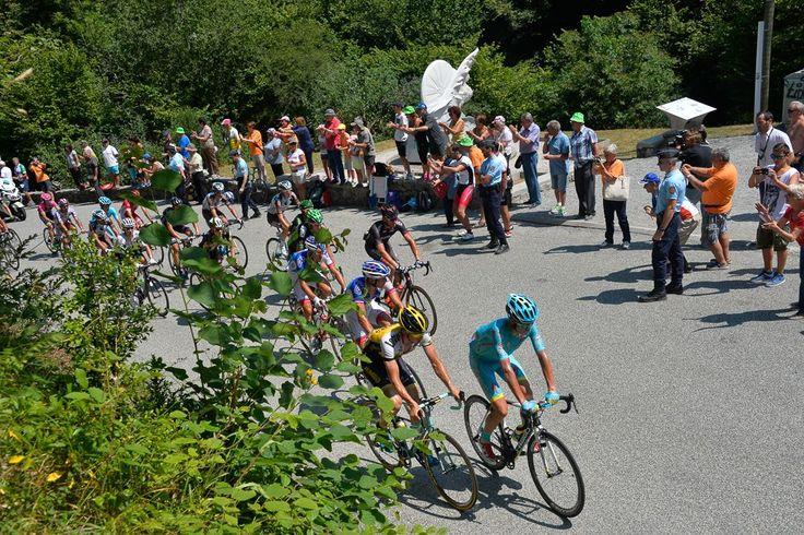 2015 16/7 rit 12 Col du Portet-d'Aspet> Les coureurs passent devant la stéle Fabio Casartelli, le champion olympique italien qui a perdu la vie sur une chute après avoir franchi le col, en 1995