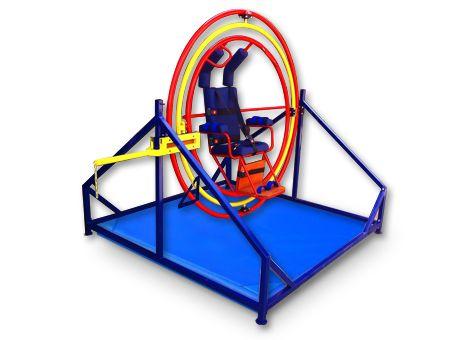 """Playmed - Giroscopio -Construido en acero y pintura electro estática, colchoneta de seguridad. -Asiento con correas de sujeción con velcro.Tubo de acero diámetro de 11/2 """" y 2 mm de espesor."""