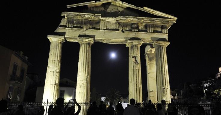 Turistas se reúnem nas ruínas históricas de Atenas, na Grécia, para ver a Lua Azul. O fenômeno marca a segunda aparição da lua cheia no mesmo mês e ocorre de dois a três anos, geralmente, de acordo com a Nasa (agência espacial norte-americana)