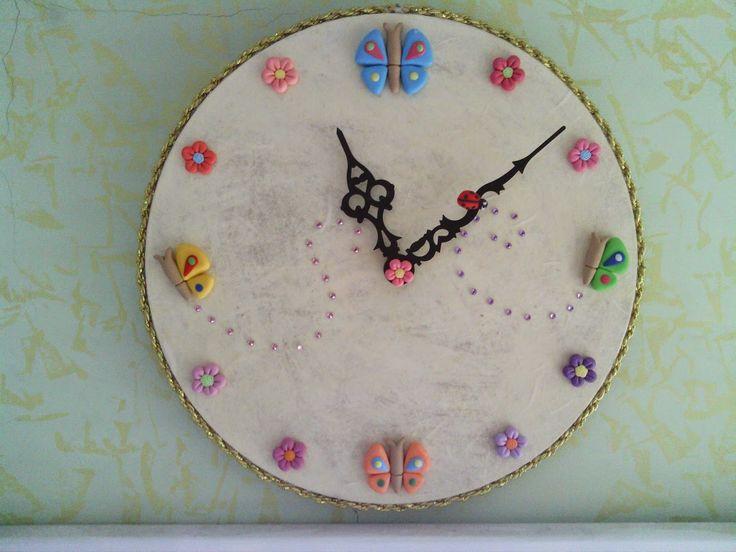 Il meraviglioso mondo del Fimo... e altro ancora!: Orologio da parete decorato con fiori e farfalle in Fimo