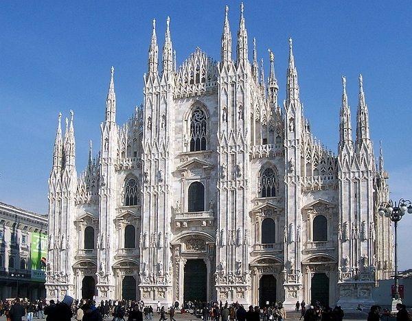 Миланский собор.  Всемирно известная четвертая по величине церковь в мире расположена в самом центре Милана и является его символом. Это позднеготическое чудо, которое содержит целый лес шпилей и скульптур, мраморных остроконечных башенок и колонн. Беломраморный собор строился более 5 веков.
