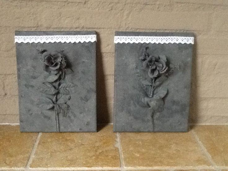 Kunststof bloem op canvas en schilderen met grijze verf voor betonlook effect. Met kantje weer brocante.