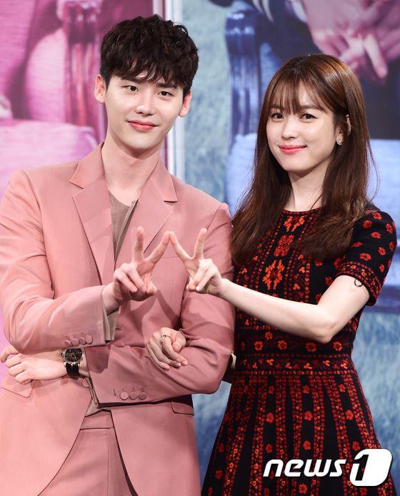 """""""W – Two Worlds"""": Han Hyo Joo phanh áo tắm trước mặt Lee Jong Suk - Ảnh 17."""