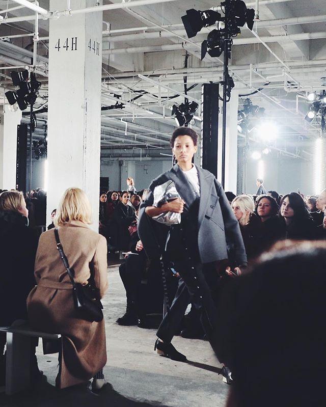 Cool look på Proenza Schoulers catwalk som måske er den sidste i New York - den amerikanske duo har nemlig for nyligt annonceret at deres næste show vises i Paris under haute couture-modeugen i juli  #ELLEiNewYork #modeuge #elledk #proenzaschouler  via ELLE DENMARK MAGAZINE OFFICIAL INSTAGRAM - Fashion Campaigns  Haute Couture  Advertising  Editorial Photography  Magazine Cover Designs  Supermodels  Runway Models