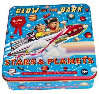 Glow in the dark *** Deze prachtig ontworpen doos van Wu & Wu is er eentje voor de jongens! Het blik bevat 9 glow in the dark planeten , 25 sterren en plakstrips. Maak een ruimtereis in je eigen kamer! Lichten uit!!