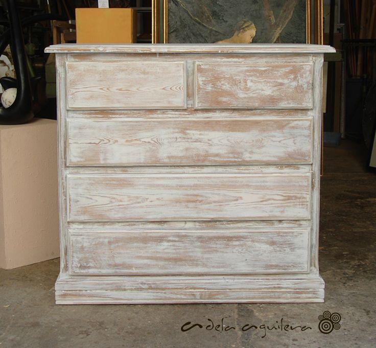 Pintura decorativa, decapado blanco, retauración de cómoda de pino