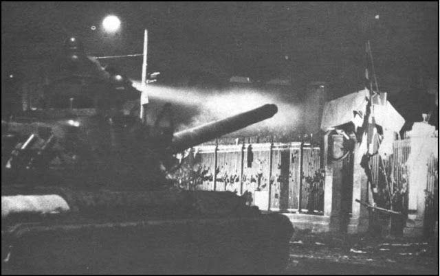 Σάββατο 17 Νοέμβρη, 02:50 τα ξημερώματα Το τανκ παίρνει την εντολή να ρίξει την σιδερένια πόρτα του Πολυτεχνείου και να εισβάλει στο Ίδρυμα. Ανάβει τους προβολείς του και ξεκινά...