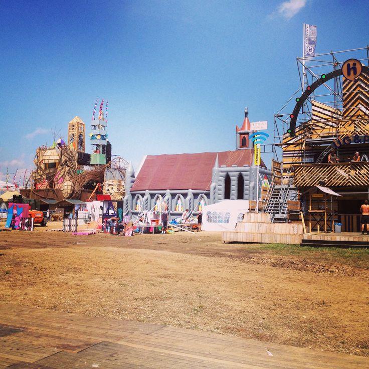 De opblaasbare kerk staat opgebouwd voor het #Solar #Weekend in #Roermond! Morgen en zondag gaan we knallen!!!!
