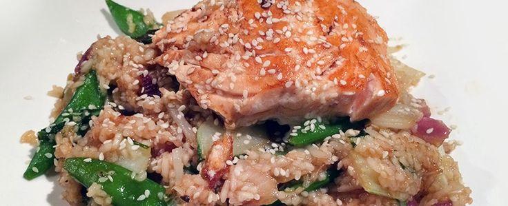 Gewoon wat een studentje 's avonds eet: Aziatisch: Gebakken rijst met zalm, Oosterse groentes, Teriyaki woksaus & sesamzaadjes