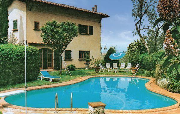 Mooie villa die op ong. 150 m van het Gardameer ligt, in een rustige wijk. De villa biedt een bijzonder romantisch uitzicht over het meer en het eilandje 'Di sogno'. Rustieke ligging. De villa is omgeven door heel veel groen. Het terrein is goed onderhouden, omheind en uitgerust met alle benodigdheden voor maaltijden in open lucht. Er is ook een barbecue en een mooi zwembad (6x12, max. diepte 3 m) (1/6-30/9) met springplank en kleedkamers.