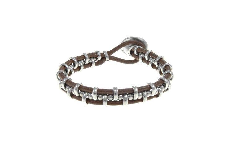 Ref0161204  Pulsera formada por dos tiras de cuero de 1ª calidad unidas por anillas y bolitas metalicas en elcentro y un cierre de boton
