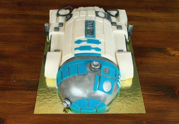"""Детский торт """"Робот R2D2""""  Ещё один из героев фантастической саги #звездныевойны робот R2D2 так же стал любимым персонажем для многих зрителей. Астромеханический дроид и коллега C-3PO. И мы решили изготовить для фанатов саги этот реалистичный тортик в виде знаменитого робота! Такой тортик придётся по душе как и для юного, так и для взрослого зрителя!  Оригинальный #тортнапраздник на заказ в кондитерской Абелло от 3-х кг всего за 2150₽/кг.  Специалисты #Абелло готовы помочь с выбором…"""