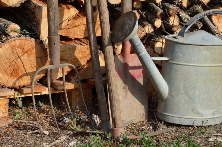 Vieux outils et vieil arrosoir