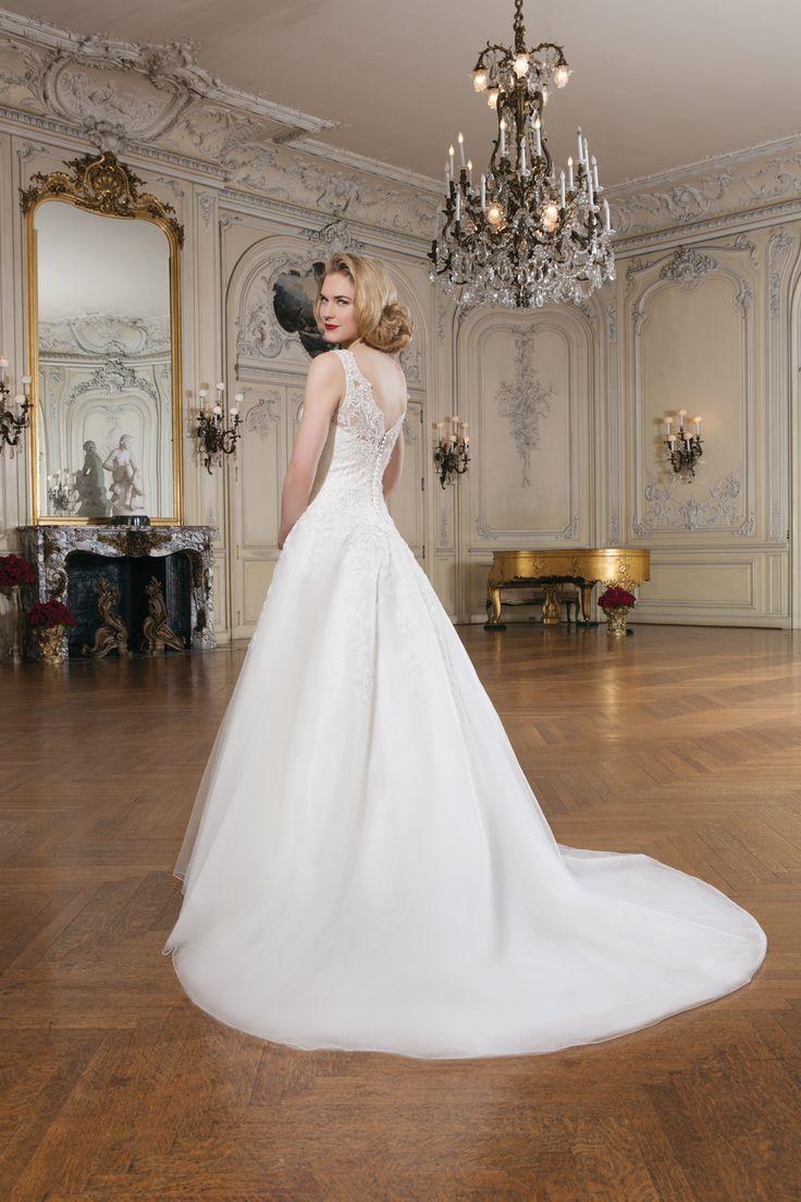 https://i.pinimg.com/736x/5c/2f/7d/5c2f7de3b3bbe80ea2d0cd1c9ead7268--classic-wedding-dress--wedding-dresses.jpg