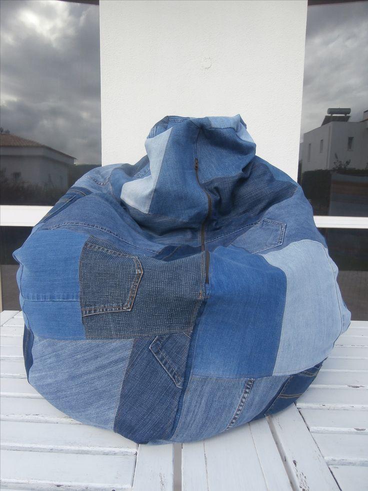 Pufe em forma de pera feito com calças de ganga usadas