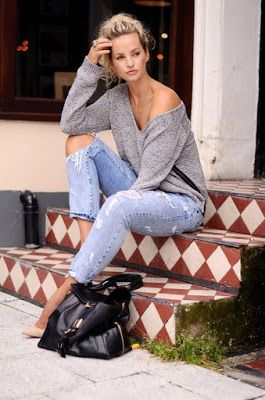 Casual look | Oversize sweater, cream pumps and boyfriend jeans