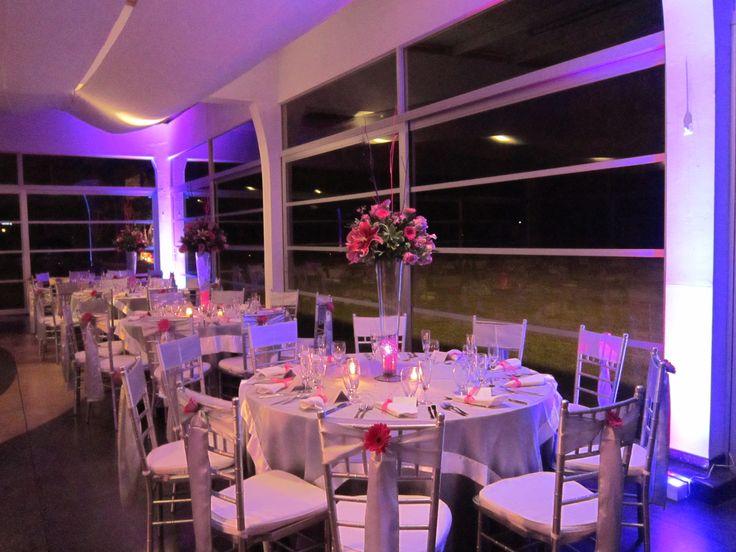 Salon Campestre decorado para un matrimonio en colores fuccia y plateado