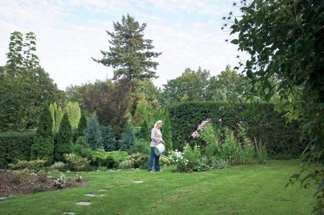 O tym jak pielęgnować ogród właścicielka dowiaduje się m.in. z sieci.