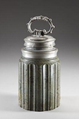 Flaska av svarvad, grön serpentin med dubbla lock av tenn.