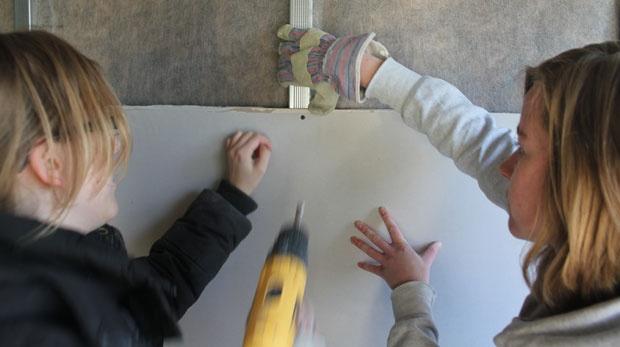 """Studenten klussen mee op de Archimedeslaan (fotoreportage)  Gepubliceerd: vr 20-01-12 16:50  Bijgewerkt: wo 25-01-12 11:24    Zelf meeklussen voor je nieuwe kamer. Studenten aan de Archimedeslaan zijn vanaf november aan de slag om hun toekomstige kamers te verbouwen. In het voormalige hogeschoolgebouw worden tweehonderd tijdelijke studentenkamers gecreëerd.  DUB kreeg een rondleiding door het hele pand en sprak met studenten in overals. """"Ik kan eigenlijk niet goed boren.""""…"""