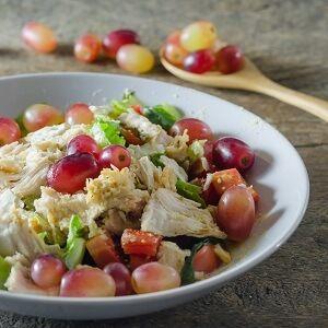 SALADA DE FRANGO COM UVAS E NOZES TOSTADAS | Esta é uma deliciosa receita de salada de frango...http://blogbr.diabetv.com/salada-de-frango-com-uvas-e-nozes-tostadas/