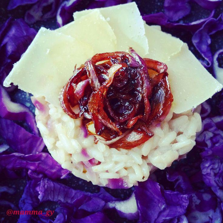 Risotto al cavolo rosso e parmigiano con cipolle rosse caramellate