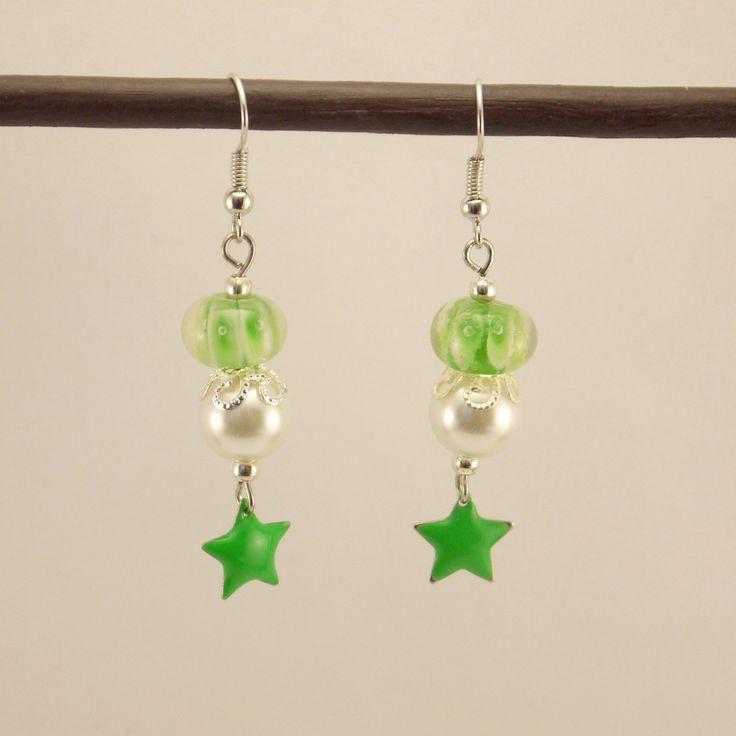 Boucles d'oreilles perles en verre plate verte et blanche, perles synthétiques et étoile émaillée verte : Boucles d'oreille par geb-et-nout
